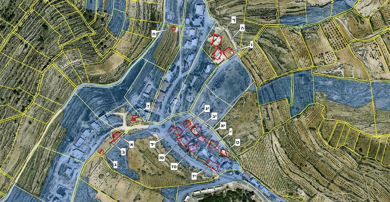 המבנים על קרקע פרטית במאחז דרך האבות, והקרקעות שהוכרזו כאדמות מדינה (בכחול)